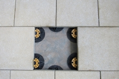 Universal pedestals supporting paving slabs staggered pattern